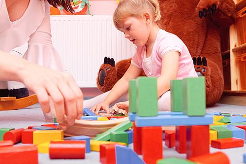Kinder spielen besonders gerne auf dem Fußboden, weil dort am meisten Platz ist. Foto: istock.com / nullplus