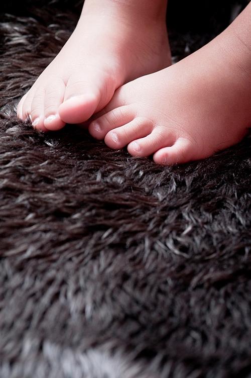 Vor dem Bett verhindert ein Teppichboden kalte Füße beim Aufstehen. Foto: istock.com / onebluelight