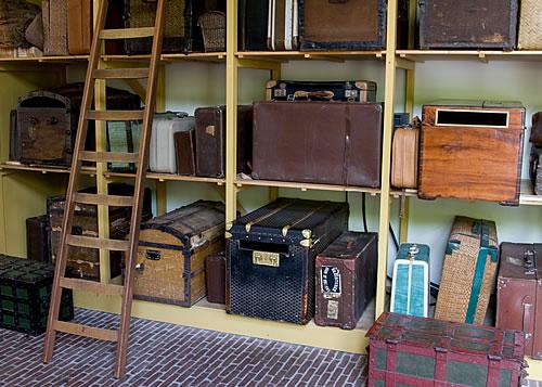 Mit Regalsystemen im Keller verhindert man das Einziehen von Feuchtigkeit in empfindlichen Materialien. Foto: istock.com / Lingbeek