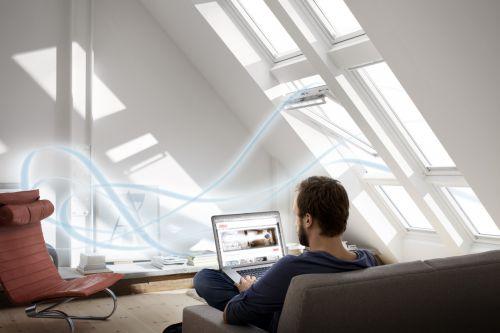 Regelmäßiges Lüften bzw. frische Luft in den eigenen vier Wänden zählen nach Ansicht der Europäer zu den wichtigsten Kriterien, die dazu beitragen, gesund zu bleiben. - Foto: Velux Deutschland GmbH