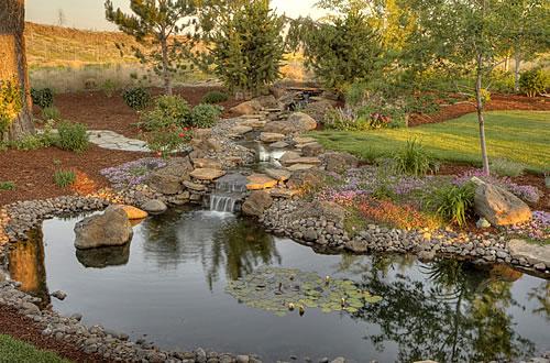 Für das Anlegen eines Gartenteiches sollte man mehr Zeit und Geld einplanen. Foto: istock.com/ chandlerphoto