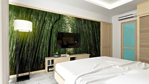 Flachbildschirm im Bambuswald – ein Kontrast für die besondere Atmosphäre (nicht nur) im Schlafzimmer. Foto: pixabay.com / khiemtran87