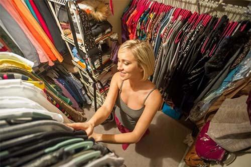 Die gesamte Garderobe im Zugriff: Einen begehbaren Kleiderschrank können Heimwerker mit Gipsplatten besonders einfach realisieren. Foto: djd / Knauf Bauprodukte / Corbis