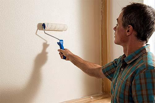 Geht einfach von der Rolle: Das Auftragen von Putz ist nicht schwieriger als das Streichen von Farbe. Foto: djd/Knauf Bauprodukte