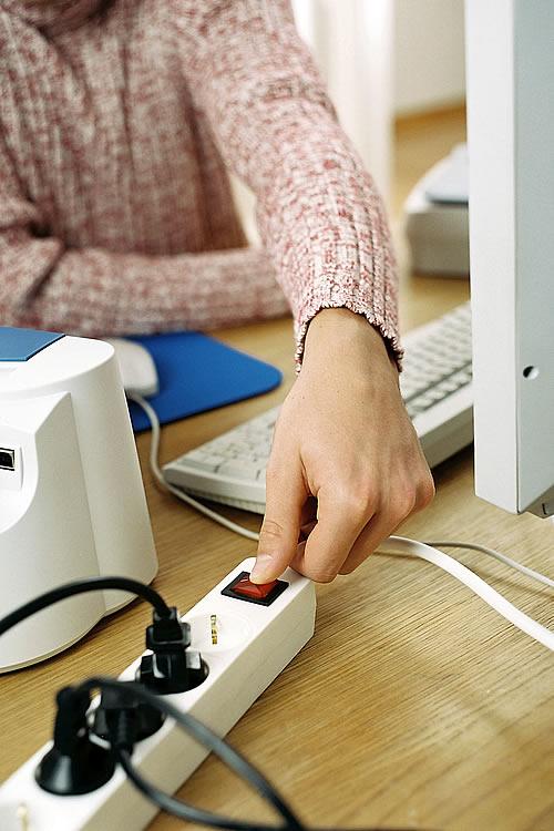 Den Fernseher direkt am Gerät auszuschalten, beugt unnötigem Stromverbrauch im Stand-by-Zustand vor. - Foto: djd/Deutsche Energie-Agentur