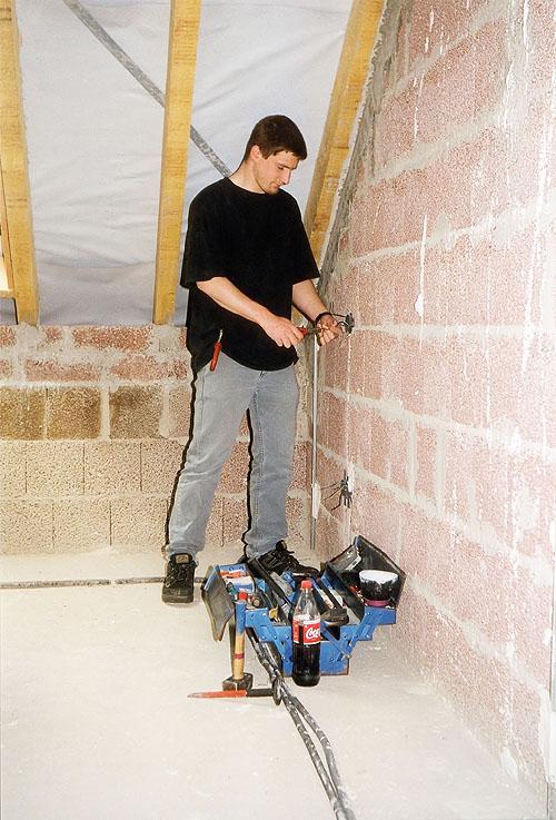 Mit Profimaterial versorgt die Firma EWL InstaKit-Electro-Service den Heimwerker. Dazu gehören auch Musterverlegepläne, 3D-Raumpläne und Einbaueinleitungen.  - Foto: epr/EWL
