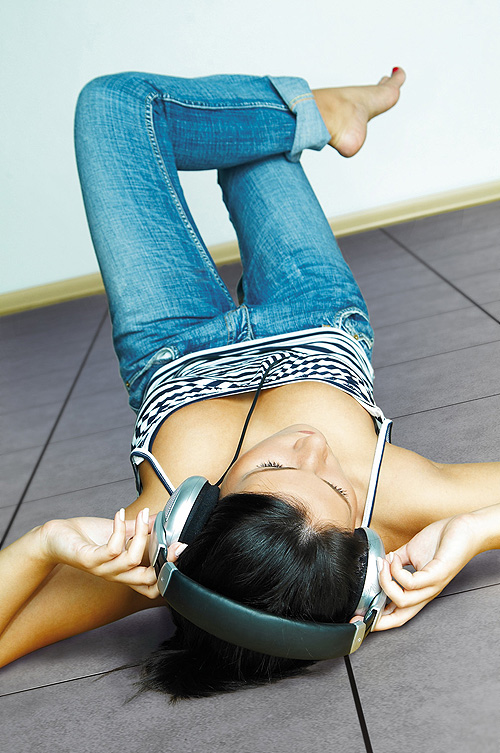 Mit der angenehmen, diskreten Wärme einer Fußbodenheizung kann man bei jeder Witterung fußnackt herumspazieren oder im Lieblingszimmer wie im Sommer relaxen.  - Foto: epr/Joco