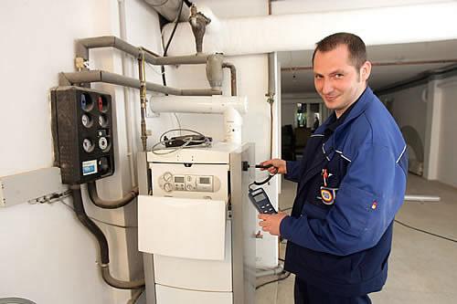 Beim Heizungs-Check durch geschulte Heizungshandwerker werden die Schwachstellen der Anlage entlarvt. - Foto: djd/VdZ e.V