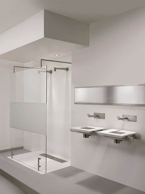 Eine ganzheitliche Erscheinung liefern die Code X Waschtische kombiniert mit passendem Duschbecken und passender Duschkabine des Inox Projektes. - Foto: epr/Balance
