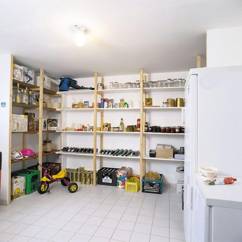 Um Kondensationsnässe zu vermeiden, sollten die Kellerwände nur mit Farben gestaltet werden, die Feuchtigkeit passieren lassen. - Foto: djd/HeidelbergCement AG