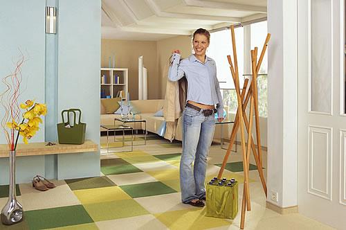 Die Arbeit mit einem modernen Dekorputz ist auch für unerfahrene Heimwerker einfach: Moderne Putzsysteme werden mit einer Rolle aufgebracht. - djd / Knauf Bauprodukte