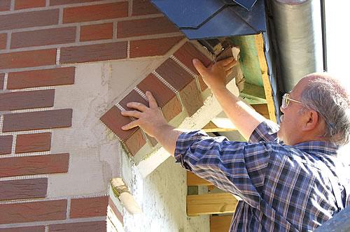 Selbst schwierigste Stellen meistern Heimwerker mit einem praktischen Do-it-yourself-System zur Fassadengestaltung im Handumdrehen. - Foto: djd / delport-Flachverblender