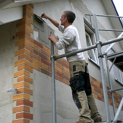 Mit einem praktischen Klinkerverlegesystem ist eine Fassade vier bis fünf Mal schneller verblendet als bei einzelnen Steinen. - Foto: djd / delport-Flachverblender