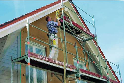 Wer seiner Fassade einen neuen Anstrich gönnt, kann gleichzeitig eine Wärmedämmung zu relativ günstigen Kosten mit anbringen lassen. - Foto: djd / natureplus e.V.