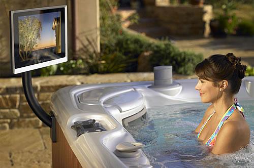 Der eigene Wellness-Bereich im Garten ist ein Traum, der nicht auf sich warten lassen muss. - Foto: djd / Whirlpool-Import