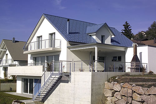 Eine rostfreie Dachentwässerung stellt sicher, dass Lecks an Rinne und Fallrohren nicht zu Verschmutzungen der Fassade oder Feuchteschäden führen. - Foto: djd / Prefa