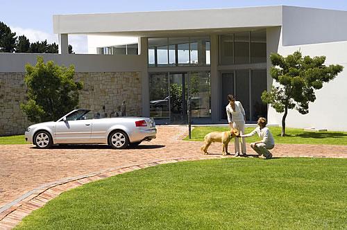 Gehören einfach zusammen: anspruchsvoller Anstrich und perfekte Fassadengestaltung. - Foto: djd / Herbol